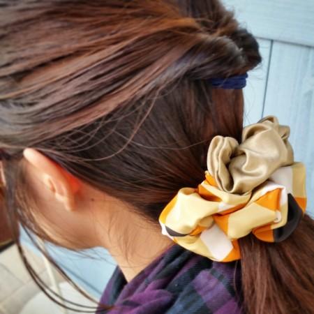 シュシュ 髪留め オレンジ レトロ柄 サテン