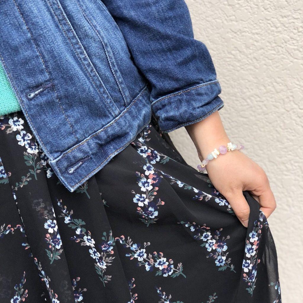 花柄スカート デニムジャケット ブレス 春コーデ