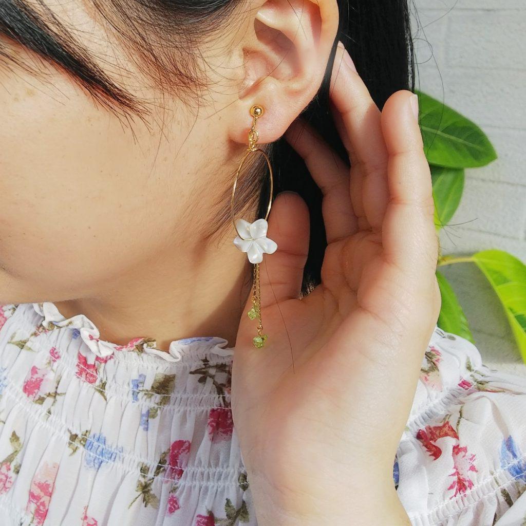 ハンドメイド アクセサリー シェル プルメリア 8月誕生石 ペリドット 花柄シャツコーデ カジュアルコーデ