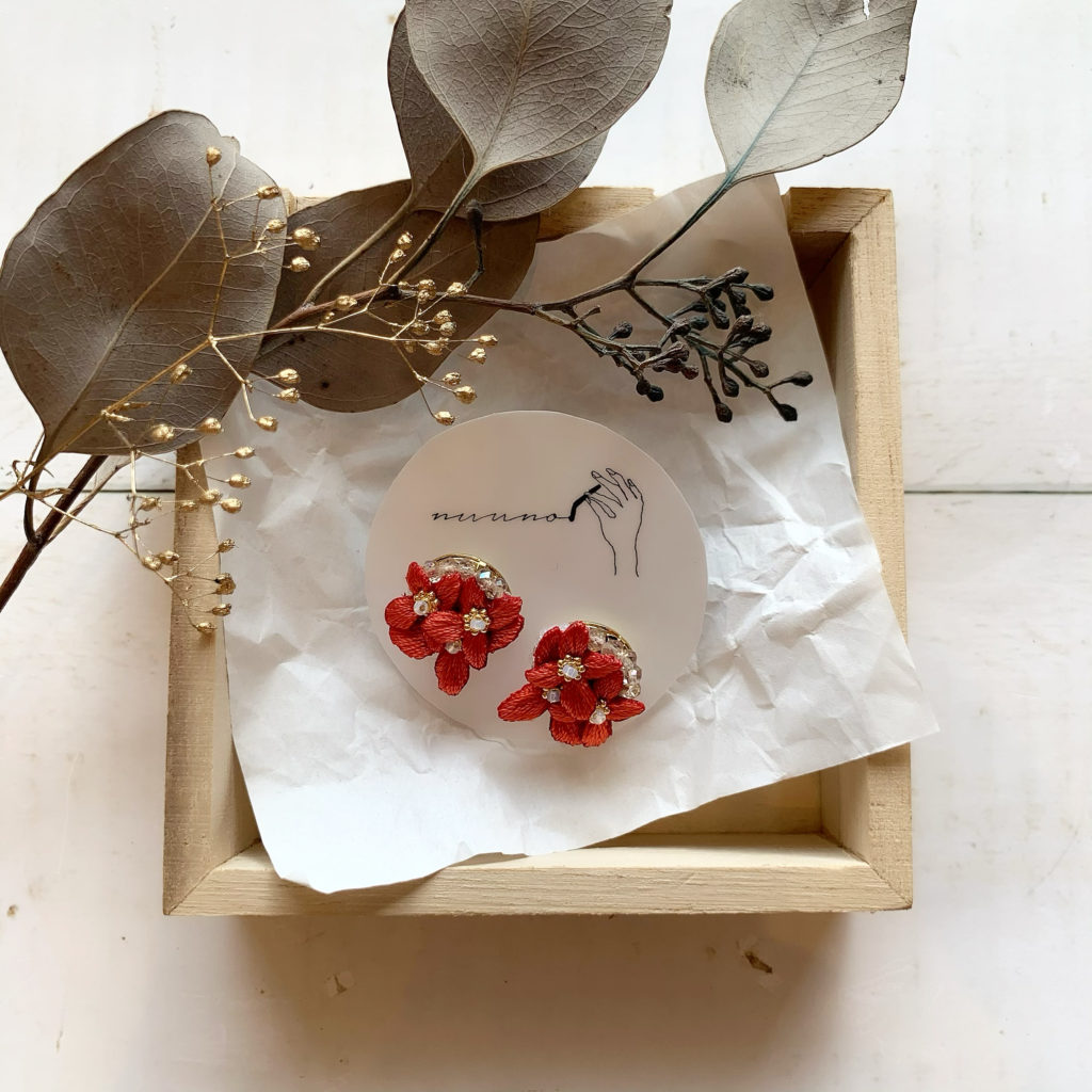 JEENAR ジーナ ハンドメイド ハンドメイドアクセサリー 沖縄 OKINAWA 刺繍ピアス サンダンカ NUUNO 冬コーデ 赤コーデ